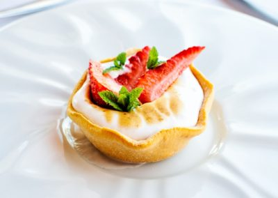Tarteletta, crema al limone, meringa e fragole