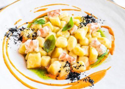 Gnocchi, mazzancolle, crema di datterino giallo ed olive