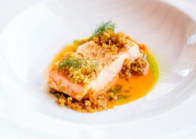 Salmone, salsa agli agrumi e quinoa soffiata