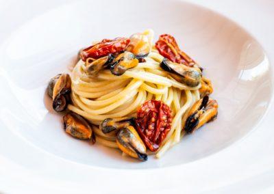 Spaghettone Moscioli e pomodori arrosto